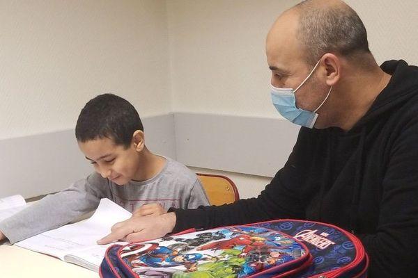 """Foudil Benamzal, médiateur, a aidé les familles à organiser """"l'école à la maison"""""""