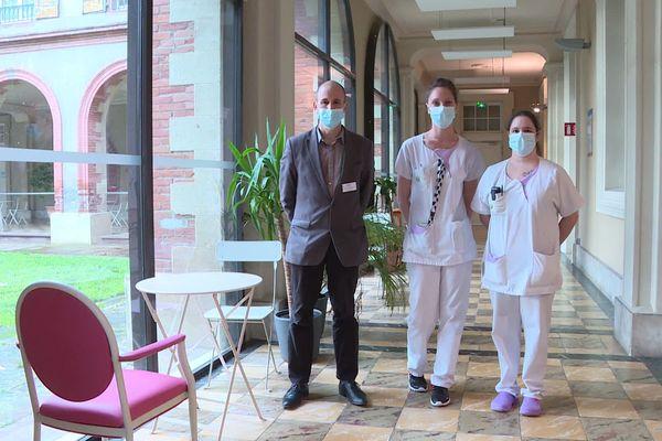 Le directeur de l'EHPAD Louise Anceau d'Albi, Vincent Ronca avec  Audrey et Lucie, deux aides-soignantes.