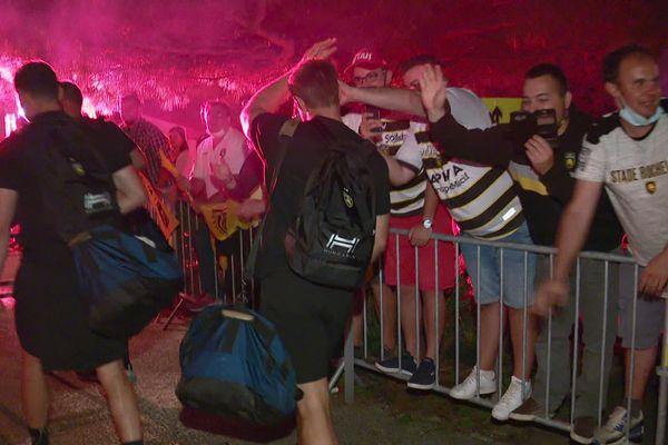 Aux alentours de 3 heures du matin, ils étaient encore nombreux pour accueillir les joueurs victorieux à l'aéroport de La Rochelle.