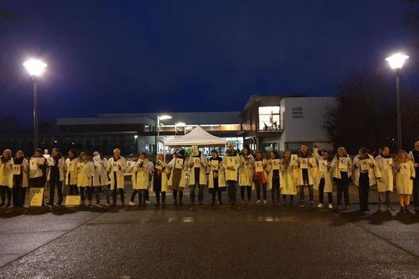 Les enseignants d'Anita Conti rassemblés devant leur lycée, contre la réforme du bac