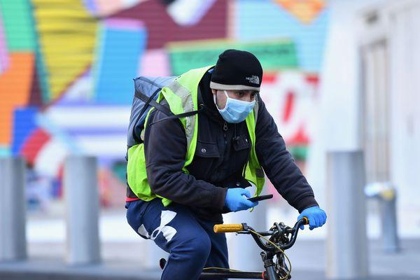 Un livreur à vélo, photo d'illustration