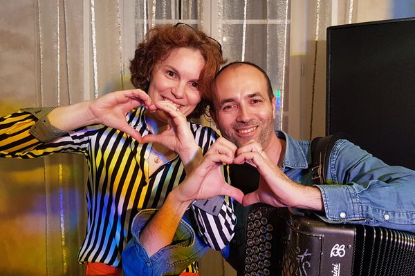 Emily et Jérôme Ortet, deux musiciens intermittents originaires de l'Orne, ont tenté de garder le sourire pendant le confinement en proposant des concerts en live sur les réseaux sociaux. La rentrée, soumise à de nouvelles mesures restrictives, est un coup dur pour eux.