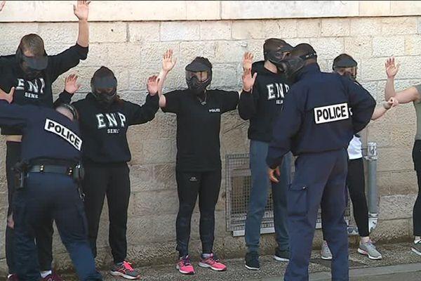 Les futurs policiers de l'Ecole Nationale de Police de Sens passent à l'exercice en conditions réelles.