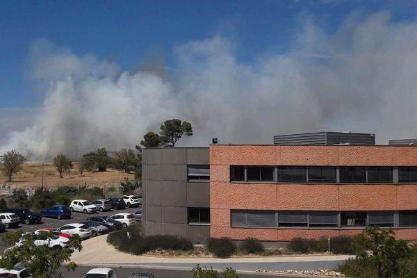 Un gros feu vient de se déclarer à Grabels, près de Montpellier, dans l'Hérault. Des habitations sont menacées - 28 juillet 2017