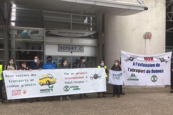 Une vingtaine de militants ont contesté la réouverture de l'aéroport de Rennes