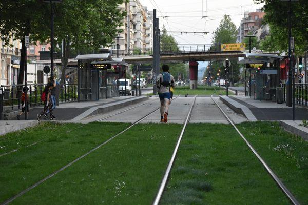 Ce 22 avril 2020, en plein confinement au coeur de Grenoble, la pelouse des voies de tramway appartient... aux joggers