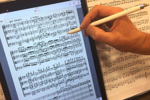 A Clermont-Ferrand, l'orchestre d'Auvergne connaît la musique mais un peu moins les partitions numériques. Mercredi 12 septembre, l'ensemble à cordes a découvert les avantages de cette technologie dans l'air du temps.