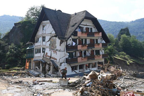 23 juillet 2021, travaux de nettoyage devant une maison d'hôtes de campagne à Laach, dans la municipalité de Mayschoss, district d'Ahrweiler, dans l'ouest de l'Allemagne. Comme un air de déjà vu dans les vallées des Alpes-Maritimes.