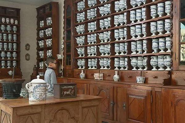 L'apothicairerie du musée de l'Hospice Saint-Roch à Issoudun propose une collection de silènes et de pots en faïence