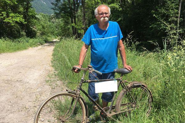 Les membres de l'association Cruet Nature et Patrimoine veulent identifier Monsieur X grâce à son vélo.