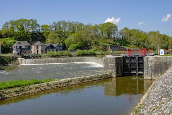 Un barrage sur la rivière La Mayenne