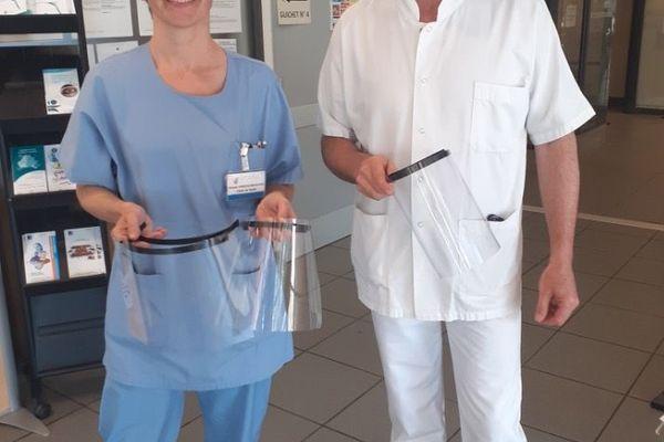 Le personnel soignant de l'hôpital d'Aubenas en Ardèche, recevant des visières