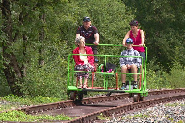 Une promenade en pleine nature grâce au vélo rail sur une ancienne voie de chemin de fer, dans le Bugey
