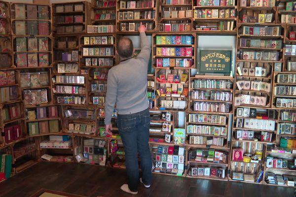 Sur les étagères, 600 références de jeux de cartes Nintendo...