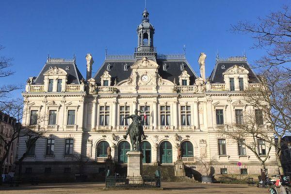 L'Hôtel de Ville de Vannes, convoité par six candidats.