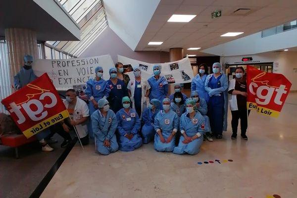 Le personnel infirmier du bloc opératoire en grève ce mardi 25 mai à l'hôpital de Chartres.