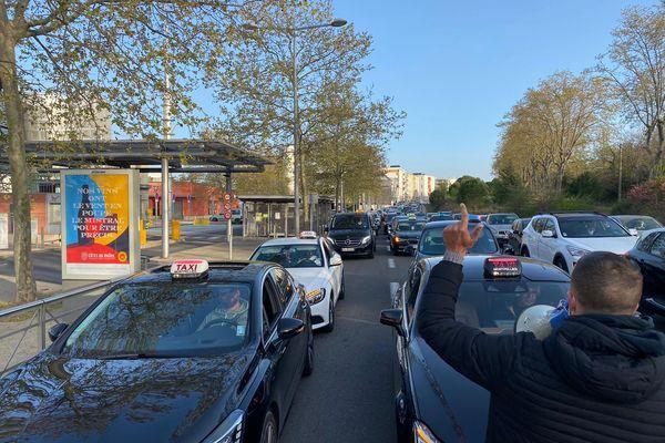 Près de 150 chauffeurs de taxis se sont mobilisés ce matin pour une opération escargot - 2 avril 2021