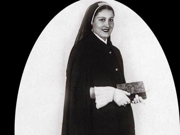 """Geneviève Mazet, dite """"Vivette"""", en uniforme d'infirmière psychiatrique (photo issue de l'album de famille)"""