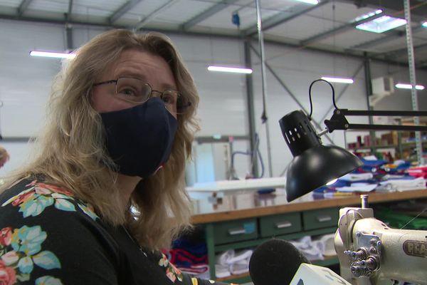 Catherine, l'une des couturières, a l'habitude de s'adapter en fonction des productions