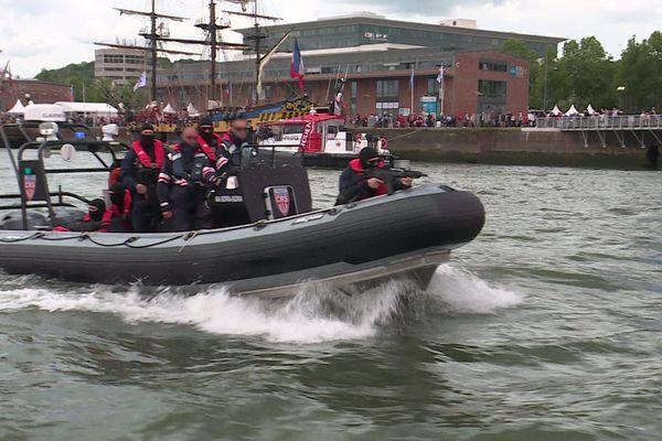 Rouen : une patrouille de la police nationale sur la Seine entre les deux quais de l'Armada le mardi 11 juin 2019