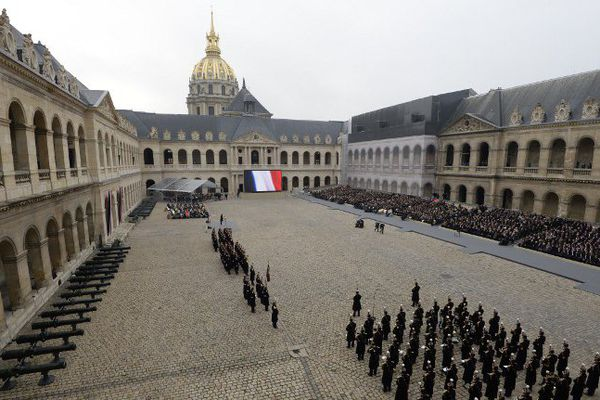 Deux semaines après les attentats, qui ont fait 130 personnes à Paris et à Saint-Denis, une cérémonie d'hommage national a été organisée, vendredi, aux Invalides.