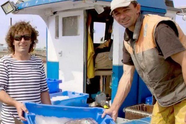 Une image du clip mettant en scène des habitants de Charente-Maritime dans leur activité quotidienne.