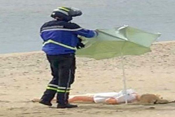 Carnon (Hérault) - le gendarme et la poupée gonflable sur la plage - mai 2020.