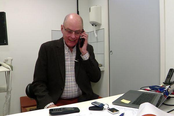 Le docteur Jean Méheu-Ferron apprend la bonne nouvelle dans son cabinet le 5 mars 2020