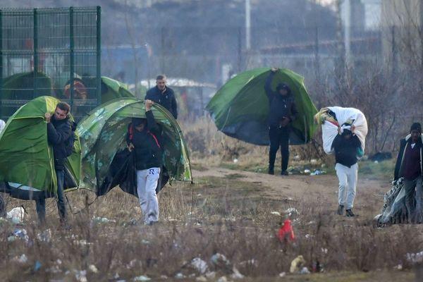 Les migrants emportent leur tente, après une évacuation des forces de l'ordre à Calais, en février dernier.
