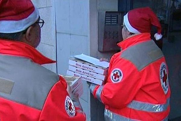 Pour Noël, des bénévoles de la Croix-Rouge de la Nièvre ont livré des pizzas offertes par un restaurateur à des familles à faibles revenus et à des SDF