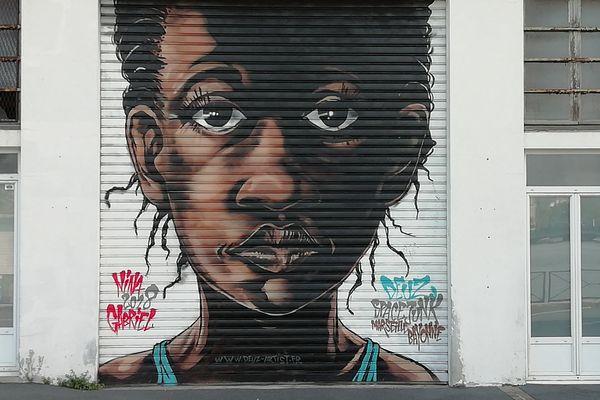 """Peinture murale de street art, sur le thème """"accueil des migrants"""", à Bayonne. Août 2019."""