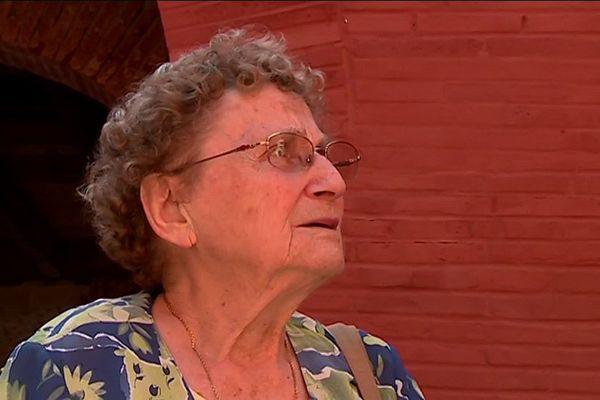 Elise Jacobs, aujourd'hui âgée de 90 ans, témoigne de son histoire auprès des plus jeunes.