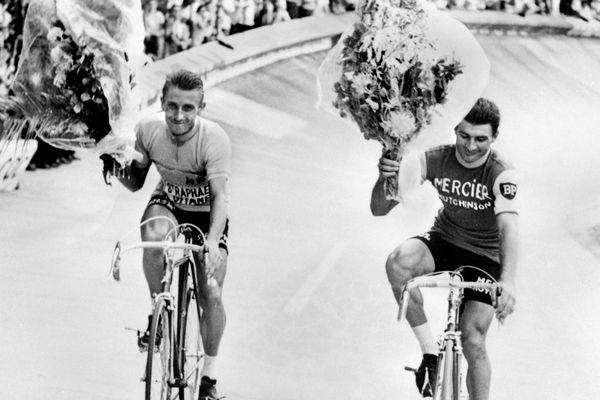 En 1964, Jacques Anquetil (G),vainqueur du Tour de France, et son compatriote Raymond Poulidor (D) arrivé second.