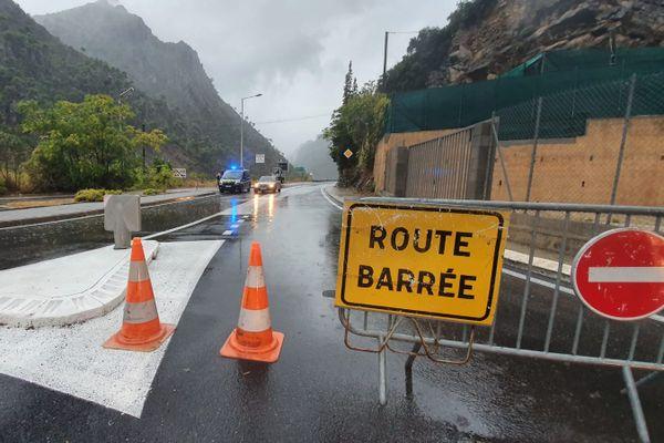 Les gendarmes viennent de fermer la route pour monter dans La Tinée.
