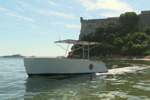 Le bateau éléctro-solaire près de l'île Sainte-Marguerite.