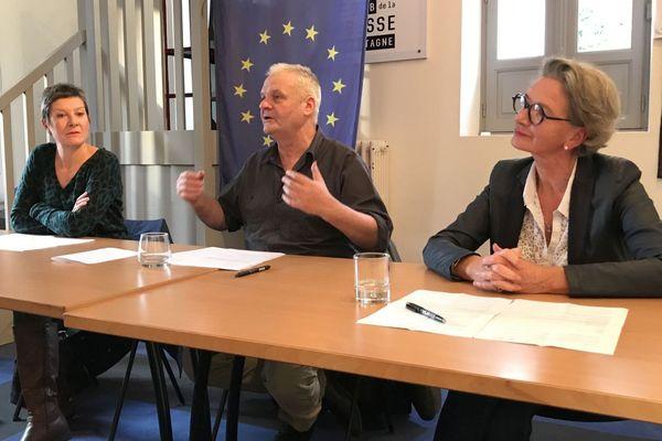 Frank Darcel présente sa candidature aux élections municipales de Rennes, avec à sa droite Caroline Ollivro et à sa gauche Françoise Choquet, ses soutiens