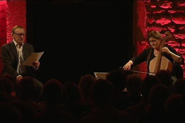 Un échange entre la voix de Christophe Malavoy et Emmanuelle Bertrand, toute à son violoncelle