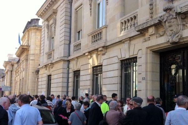 Une centaine d'opposants au mariage homosexuel se sont donné rendez-vous à 18h30 devant la préfecture, à Dijon, mercredi 17 avril 2013.