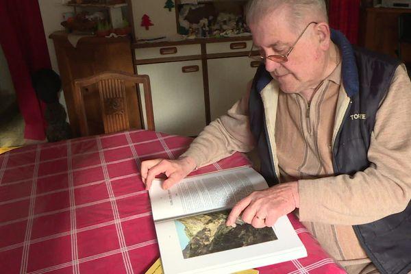 """Roger Cézanne, chez lui à Crots. Les disparus de Boscodon, un sujet """"sensible"""" pour ce passionné d'histoire."""