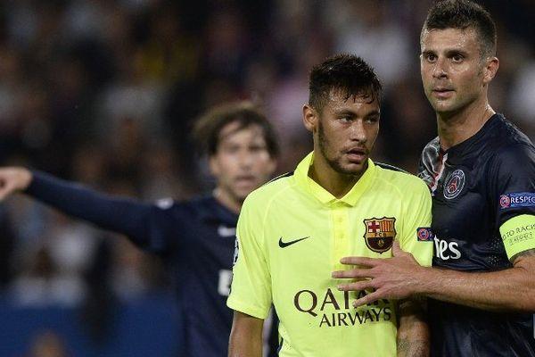 Le brésilien Neymar aux prises avec Thiago Motta, lors du match aller (victoire du PSG 3-2 face au Barça).