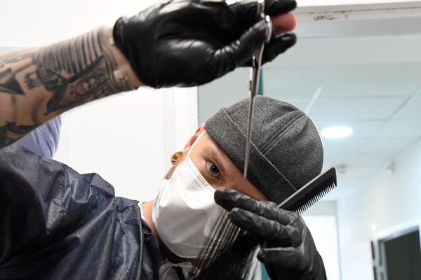 Les coiffeurs doivent s'équiper pour assurer le respect des mesures barrières