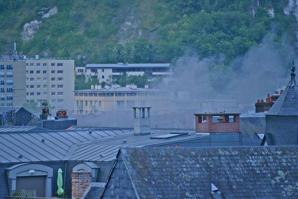 Un incendie s'est déclaré lundi 11 mai au matin dans le centre ville de Rouen.