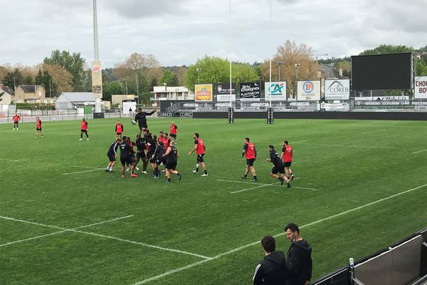 Prise de balle aérienne pour Saïd Hirèche lors de la seule véritable séance collective d'entraînement des Brivistes avant le derby.