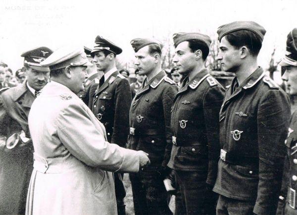 Adolf Galland présentant à Hermann Göring les pilotes de son escadre, à Audembert, le 5 décembre 1941.