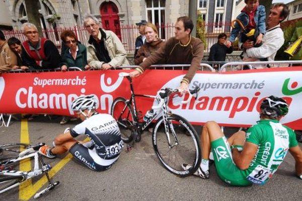 Le coureur berruyer William Bonnet (à droite) a fait une chute spectaculaire sur le Tour de France à 50 km de l'arrivée de l'étape entre Anvers et Huy en Belgique. Sérieusement blessé, il a été contraint d'abandonner. 6 juillet 2015