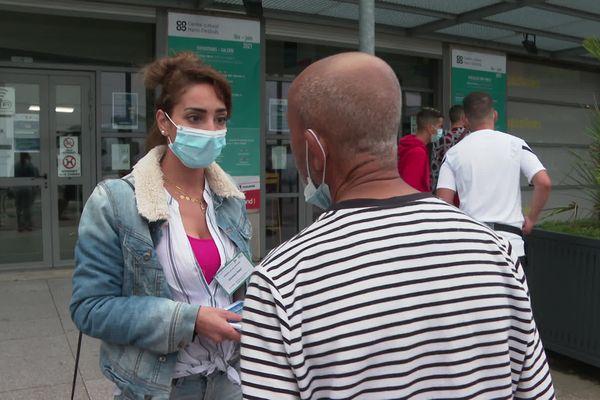 Soumya Nasri est médiatrice anti-covid pour l'ARS. Elle tente ici de convaincre un habitant du quartier Bagatelle à Toulouse d'aller se faire vacciner, le 6 juillet 2021.