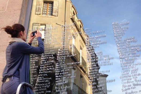 Les noms des pétitionnaires inscrits sur les fenêtres de l'Hôtel Dardé à Lodève