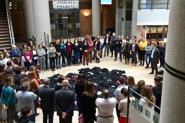 Des dizaines de robes noires jetées sur le sol de la cité judiciaire de Dijon pour protester contre la réforme des retraites voulue par le gouvernement.