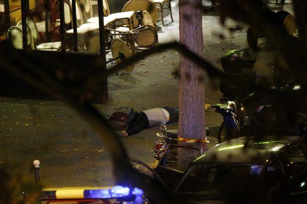 Un corps à proximité de la salle de spectacles du Bataclan, à Paris, après une attaque dans la nuit de vendredi à samedi.