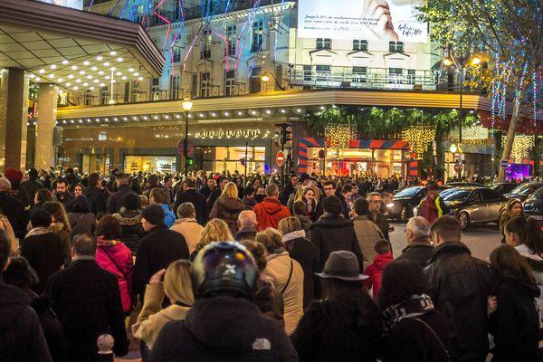 La foule dans le quartier des grands magasins, à Paris.